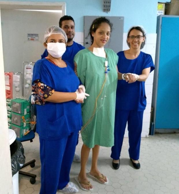 Amanda com a equipe médica, após voltar do coma (Foto: Reprodução Maternidade-Escola Assis Chateubriand)