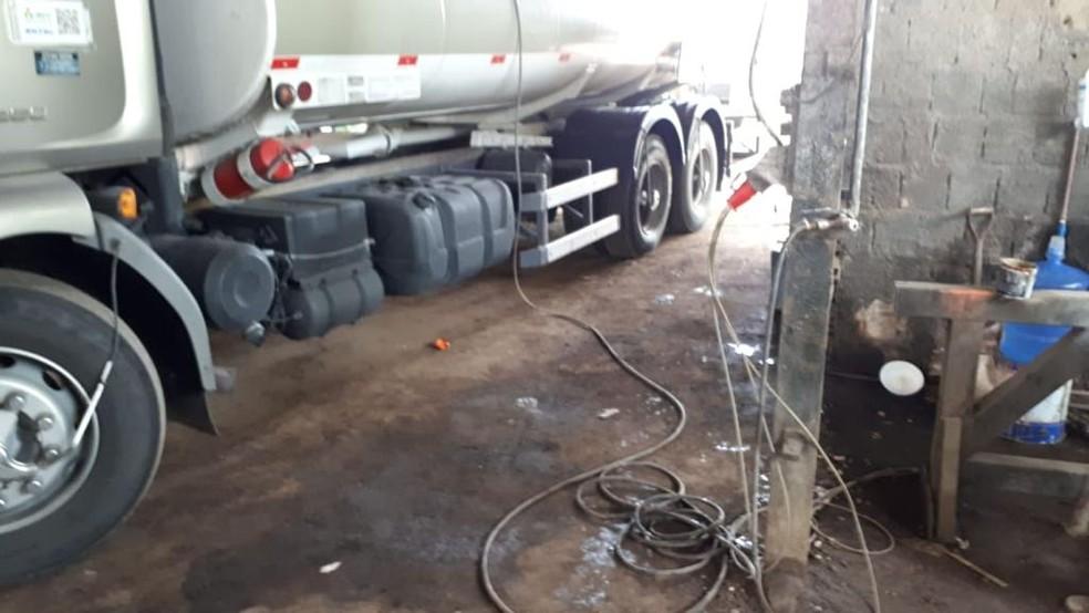 Galpão fornecia combustível ilegalmente no Cabo de Santo Agostinho, no Grande Recife — Foto: Polícia Civil/Divulgação