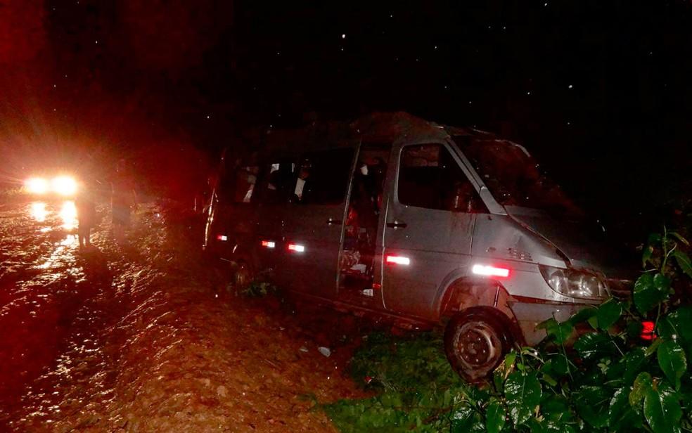 Van capota e 10 pessoas ficam feridas na BR-135, em Barreiras (Foto: Blog do Sigi Vilares)