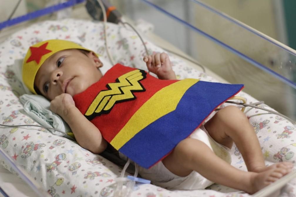 Bebê fantasiada de mulher-maravilha durante ensaio em UTI Neonatal em Floriano — Foto: Divulgação / Hospital Regional Tibério Nunes