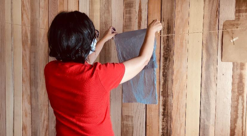Com raízes e plantas regionais, artista produz corantes naturais para tingir tecidos e reduzir impacto ambiental