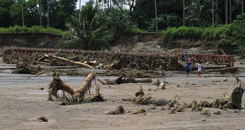 Ponte destruída após inundações em Salvador, Lanao del Norte, no sul das Filipinas (Foto: REUTERS / Richel V. Umel)