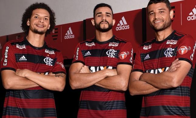 Jogadores do Flamengo posam com o uniforme 2018