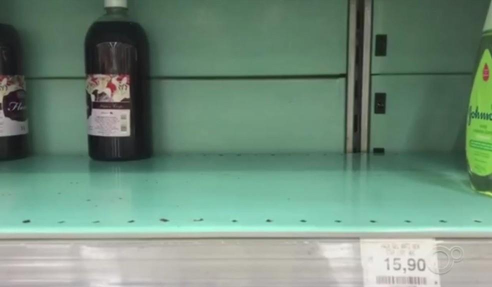 Preocupação com coronavírus faz álcool em gel 'desaparecer' de supermercados e farmácias em Sorocaba — Foto: Reprodução/TV TEM