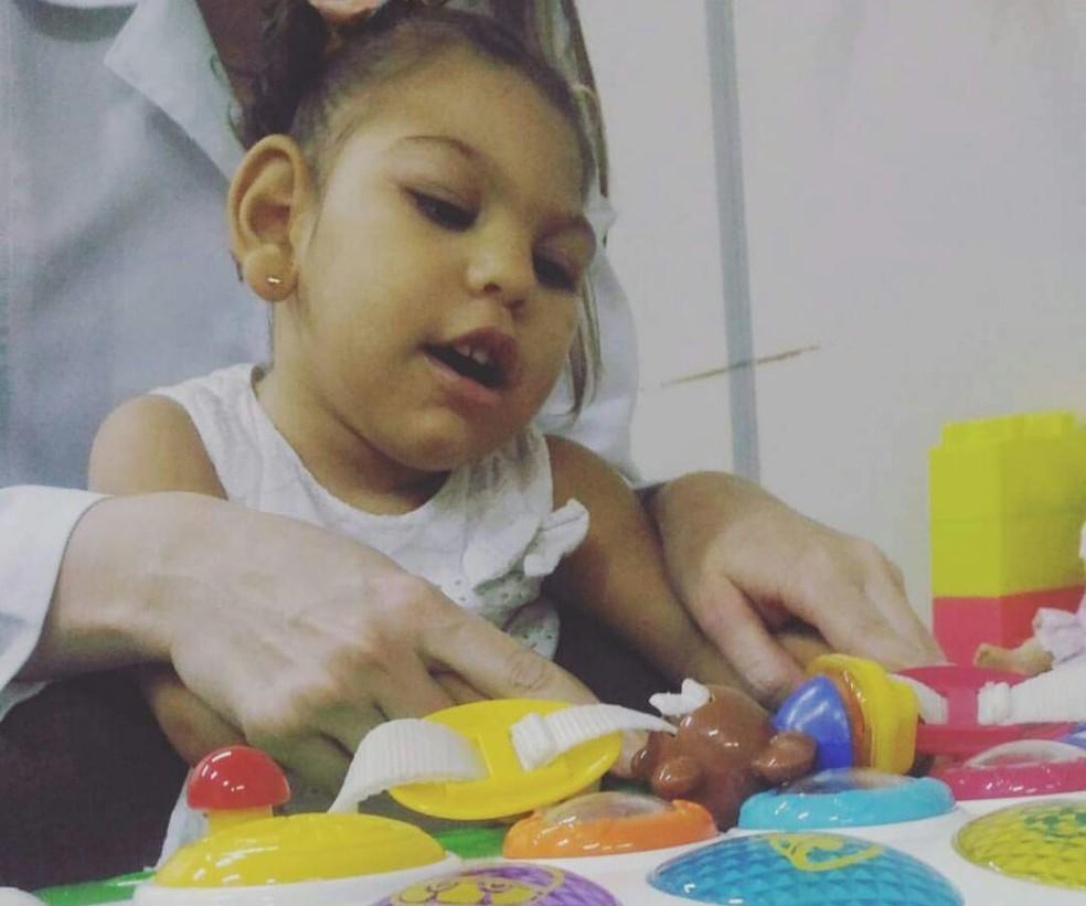 Maria Lys, de 1 anos 8 meses, nasceu com microcefalia; sua mãe gasta R$ 3 mil por mês para garantir tratamento (Foto: Camilla Raquel/Arquivo Pessoal)