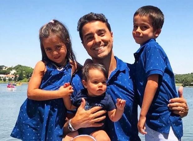 Ricardo Pereira e os filhos (Foto: Reprodução/Instagram)