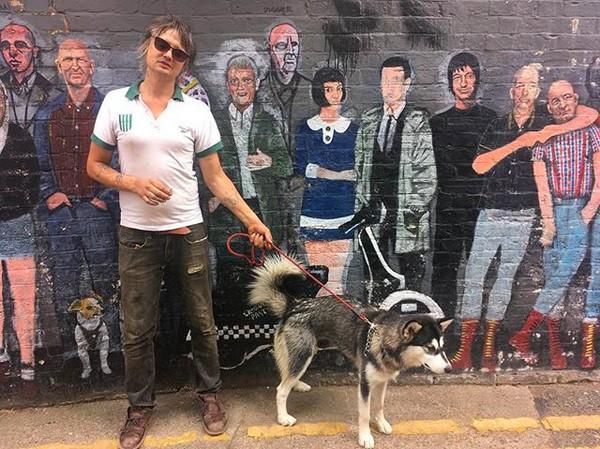 O músico Pete Doherty com um de seus cães (Foto: Instagram)