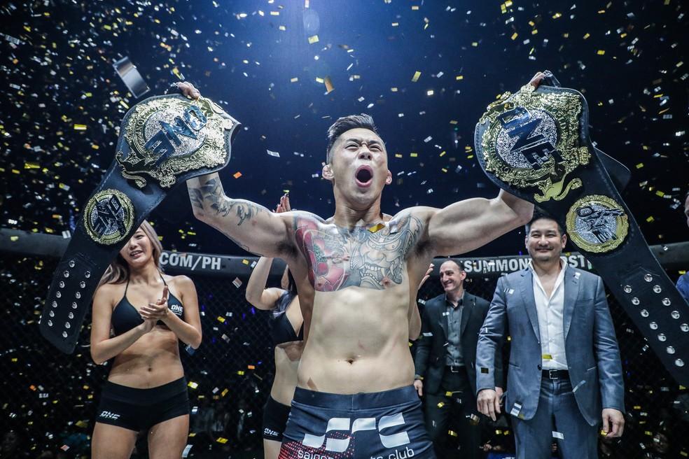 Martin Nguyen posa com seus dois cinturões do ONE Championship (Foto: Divulgação)