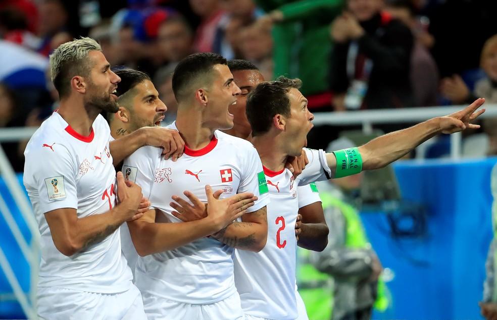 Xhaka comemora o primeiro gol da Suíça contra a Sérvia (Foto: Gonzalo Fuentes/Reuters)