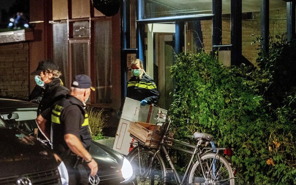 Policiais holandeses conduzem buscas na casa de um dos suspeitos de envolvimento no planejamento de atos terroristas detidos em Roterdã, na quinta-feira (27) — Foto: Robin Utrecht/ANP/AFP