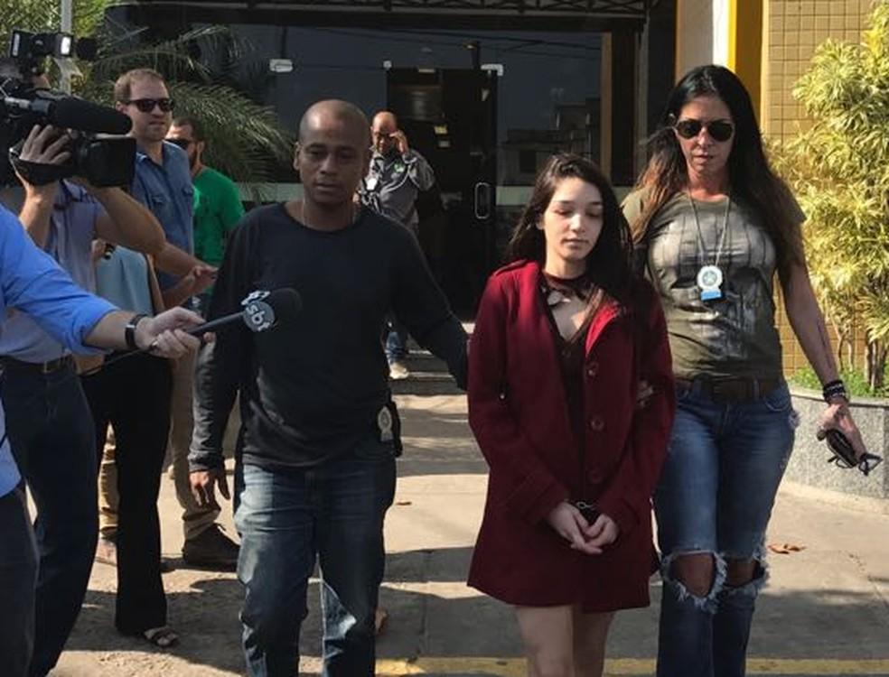 Namorada do médico conhecido como Doutor Bumbum, Renata Fernandes Cirne, de 19 anos, foi presa (Foto: Alba Valéria Mendonça/ G1)