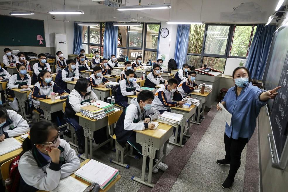 Alunos do ensino médio voltam à sala de aula em Wuhan, na província de Hubei, na China — Foto: AFP Photo