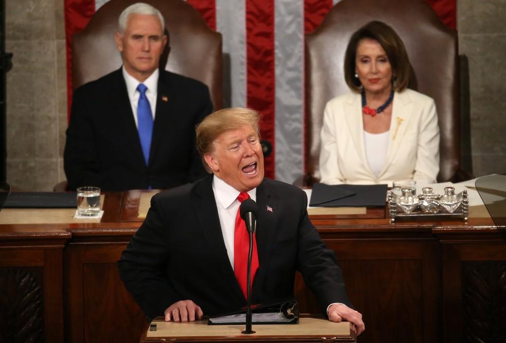 Trump discursa sobre o Estado da União no Congresso dos EUA. Atrás dele, estão o vice-presidente, Mike Pence, e a presidente da Câmara, Nancy Pelosi — Foto: Leah Mills/Reuters