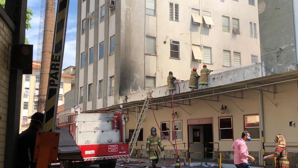 Bombeiros fazem rescaldo no Prédio 1 do Hospital Federal de Bonsucesso — Foto: Henrique Coelho/G1
