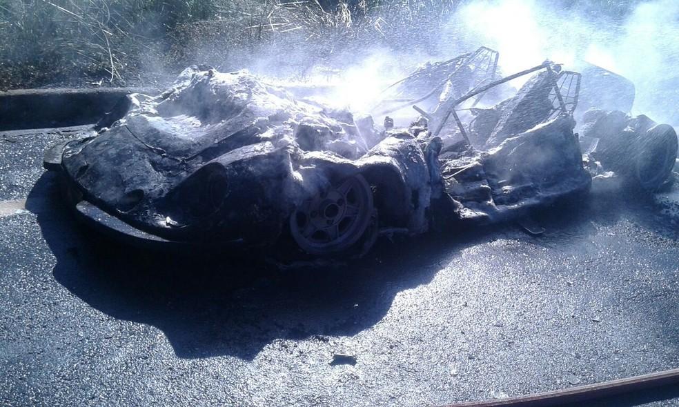 Veículo ficou destruído (Foto: Corpo de Bombeiros/Divulgação)