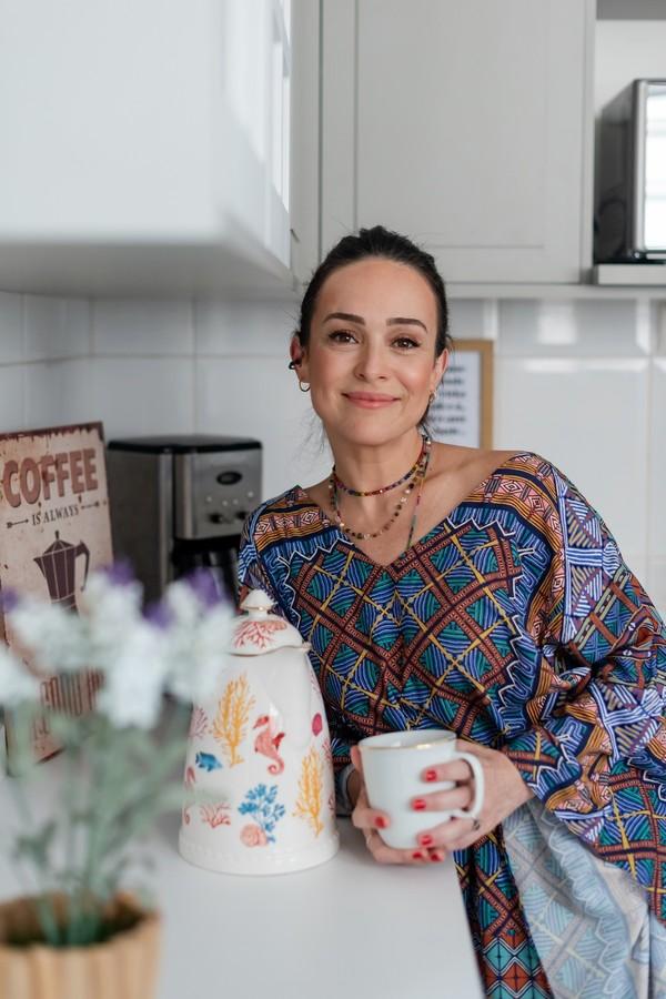 Após reforma, Gabriela Duarte mostra a nova cozinha com tons de cinza