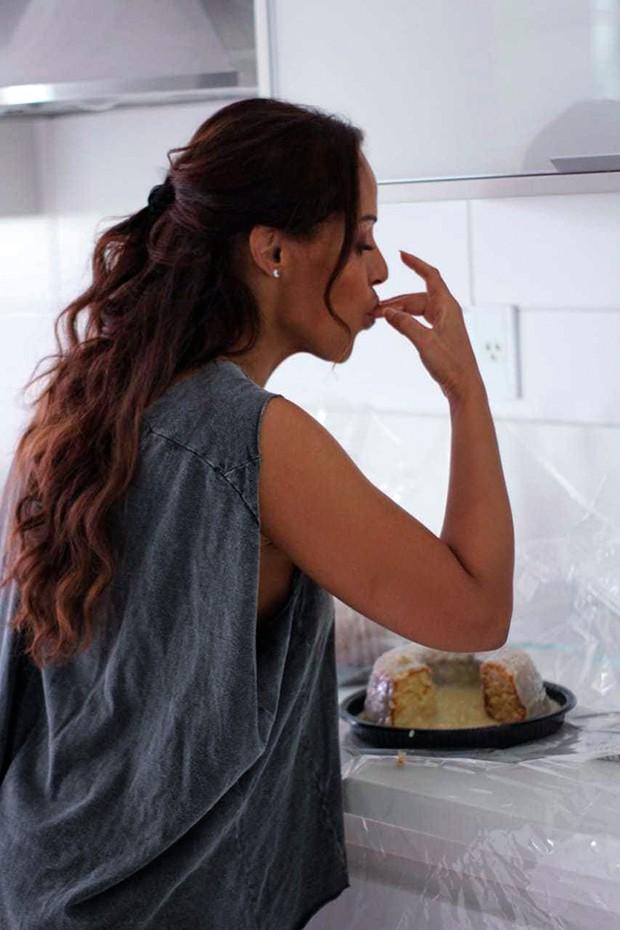 Na quarentena, Carla Cristina testa habilidades culinárias (Foto: Erica Cotta)