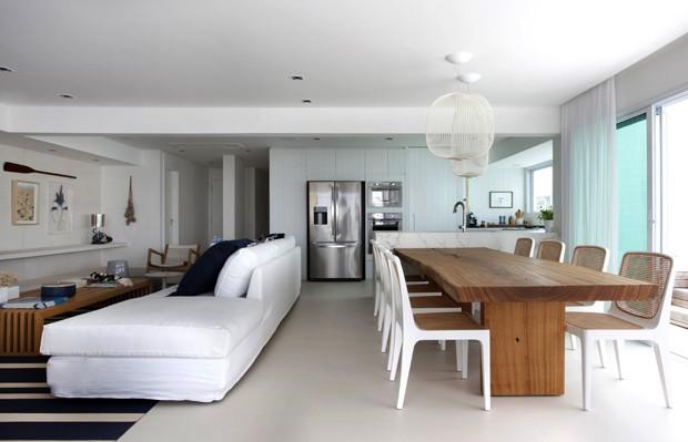 Apartamento na praia tem área social totalmente integrada com a varanda (Foto: Divulgação )
