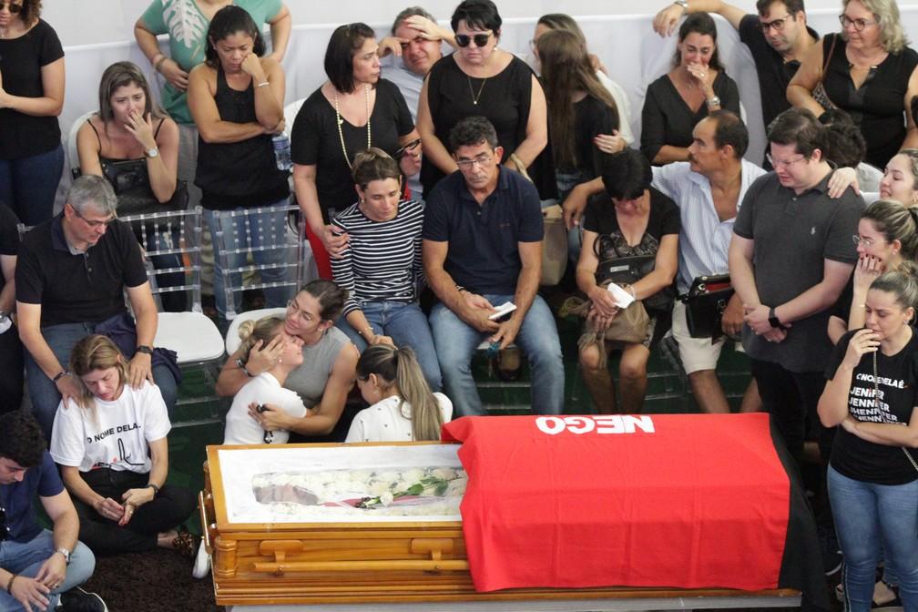 Familiares e amigos em velório de Gabriel Diniz, em João Pessoa — Foto: Diogo Almeida/G1