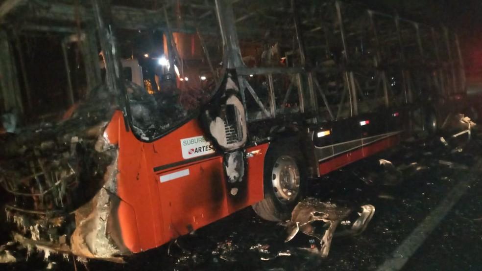Ônibus ficou destruído devido ao incêndio, em Panorama — Foto: Polícia Rodoviária