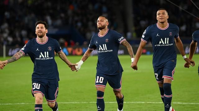 Messi, Neymar e Mbappé, de mãos dadas, cumprimentam torcida do PSG após vitória sobre o Manchester City