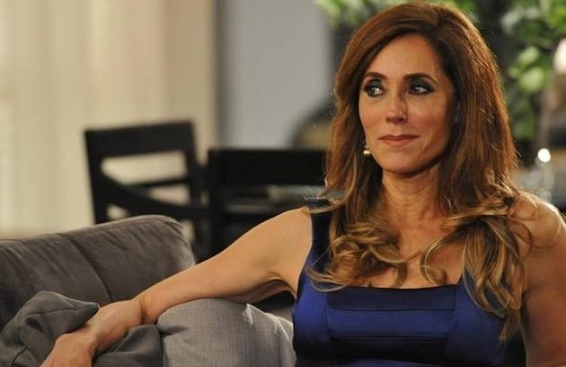 Na quinta (28),  Tereza Cristina (Christiane Torlone) verá a foto de Renê e Griselda se beijando  (Foto: TV Globo)