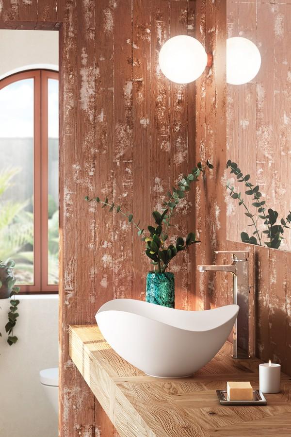 Banheiro com bancada de madeira, revestimento de madeira na parede e cuba branca com torneira prata.