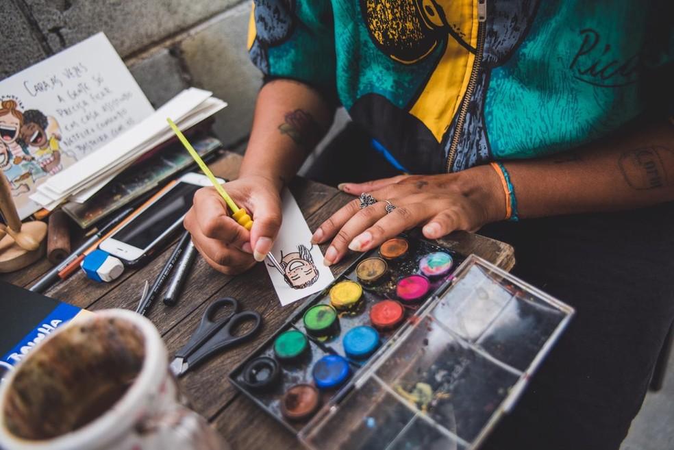 Bruna Bandeira ensina a desenhar nas suas redes sociais — Foto: Bruna Bandeira