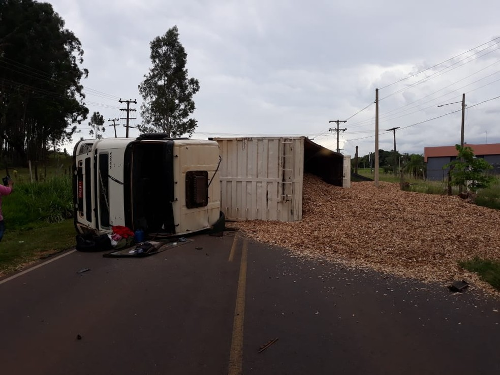 Caminhão tombou na alça de acesso à Tupã e carga ficou espalhada na pista  — Foto: João Trentini / Divulgação