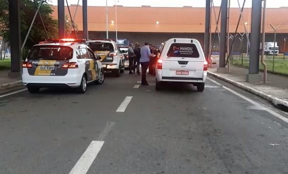 Carro funerário no Aeroporto Internacional de Viracopos, em Campinas, onde o corpo do apresentador Gugu desembarca — Foto: Johnny Inselsperger/EPTV