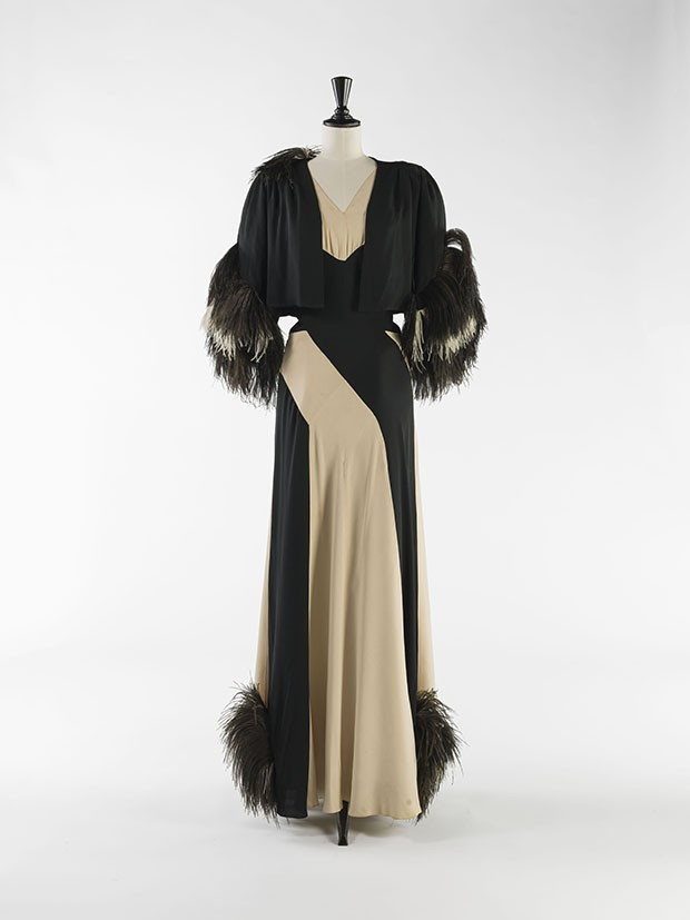 Evening dress and bolero by Nina Ricci in serge and silk mousseline with an ostrich-feather trim, c. 1937 (Foto: © Julien Vidal/Galliera/Roger-Viollet)
