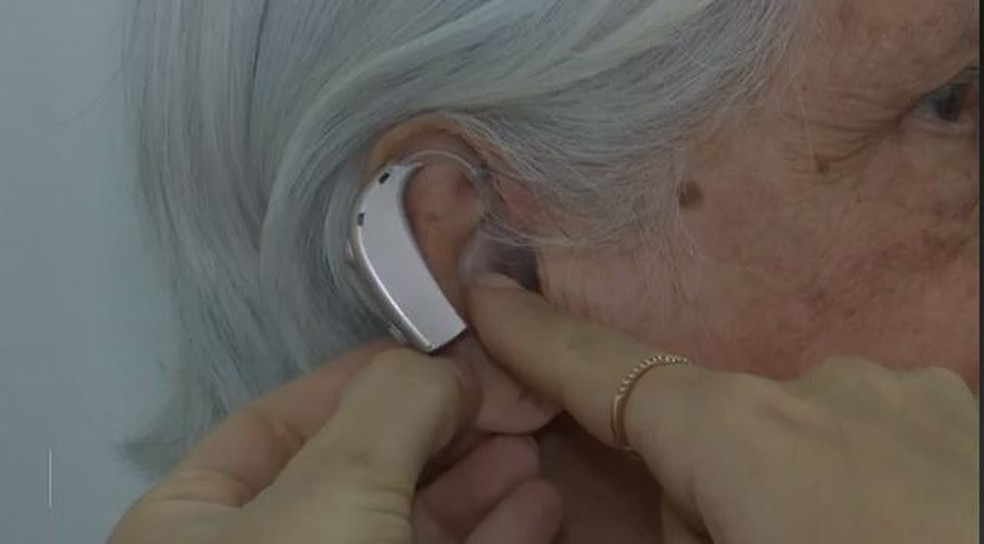 Pacientes voltam a ouvir por meio de um aparelho de amplificação  — Foto: Reprodução