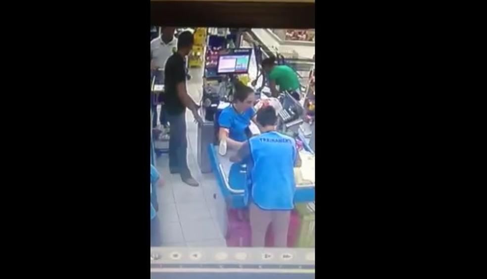 Ladrão não nota delegado em fila de mercado e é preso ao ameaçar caixa  (Foto: Reprodução/RPC)