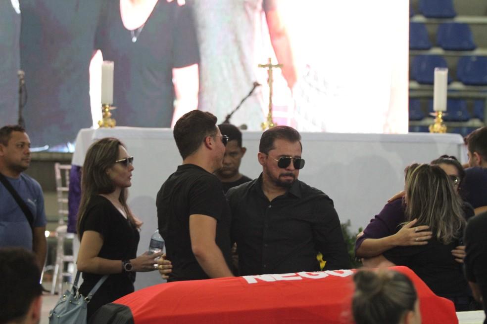 Wesley Safadão e Xand Avião compareceram a velório de Gabriel Diniz, em João Pessoa — Foto: Diogo Almeida/G1