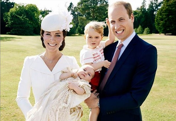 Kate Middleton, Princesa Charlotte, George e Príncipe William no batizado (Foto: Instagram/Mario Testino)