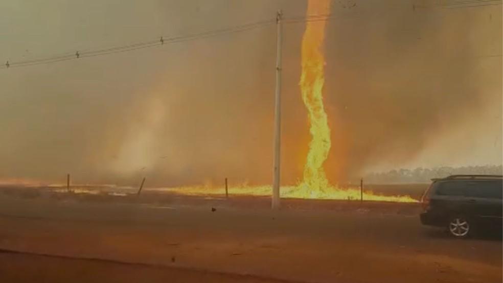 Redemoinho de fogo é registrado em Guaíra (SP)  — Foto: Reprodução