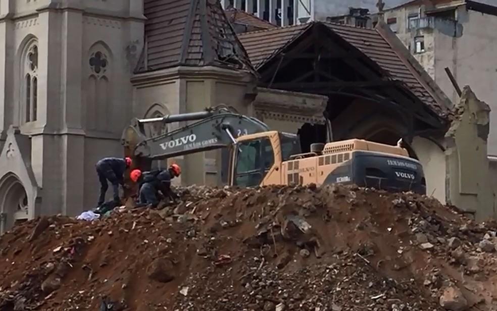 Bombeiros usam pás para procurar vítimas nos escombros de prédio que desabou em SP (Foto: Glauco Araújo/G1)