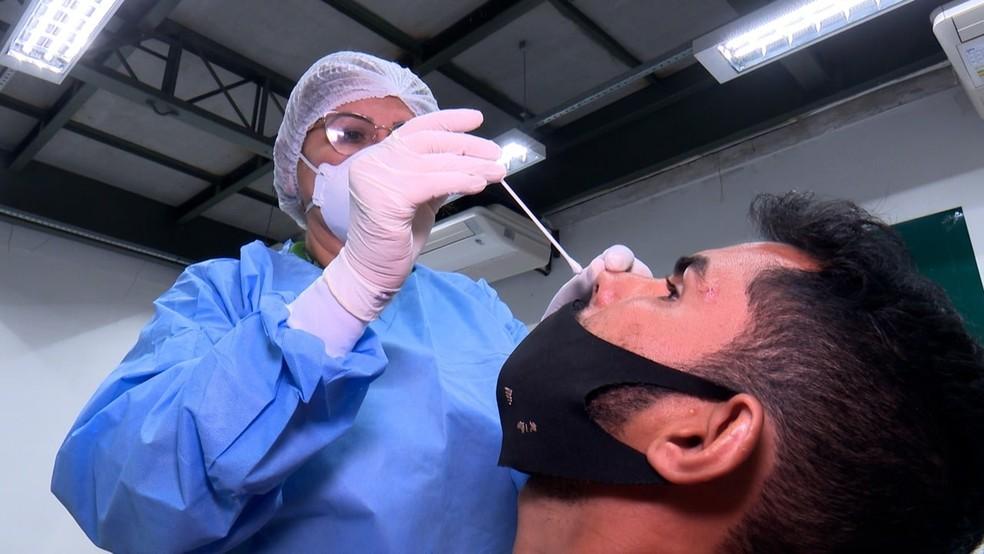 Profissional da saúde aplica teste para detectar Covid-19 — Foto: Divulgação