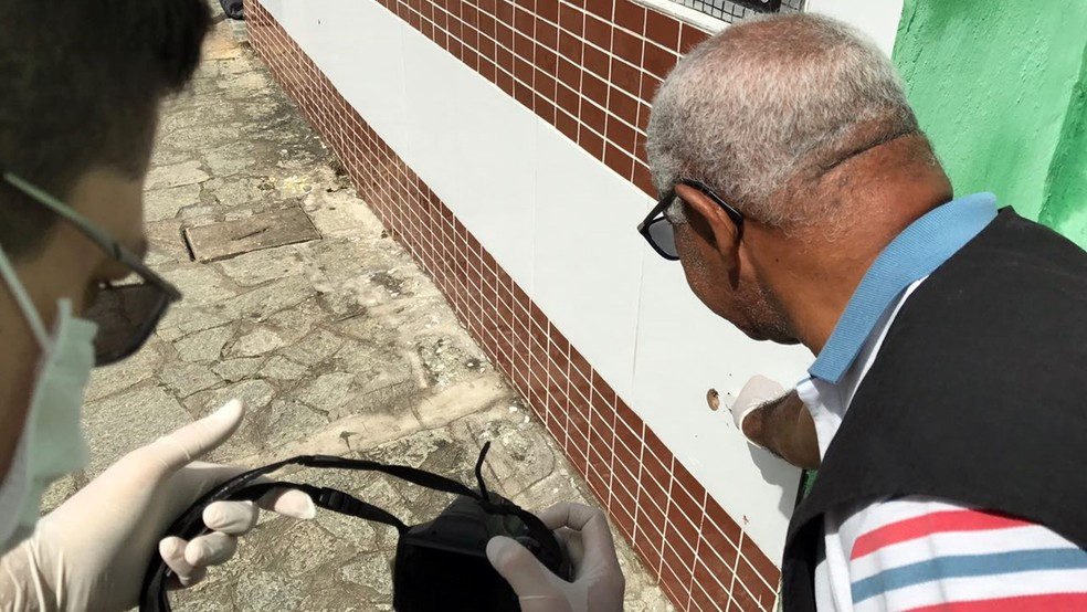 Tiros marcaram parede de igreja evangélica próximo ao local do crime (Foto: Walter Paparazzo/G1 )