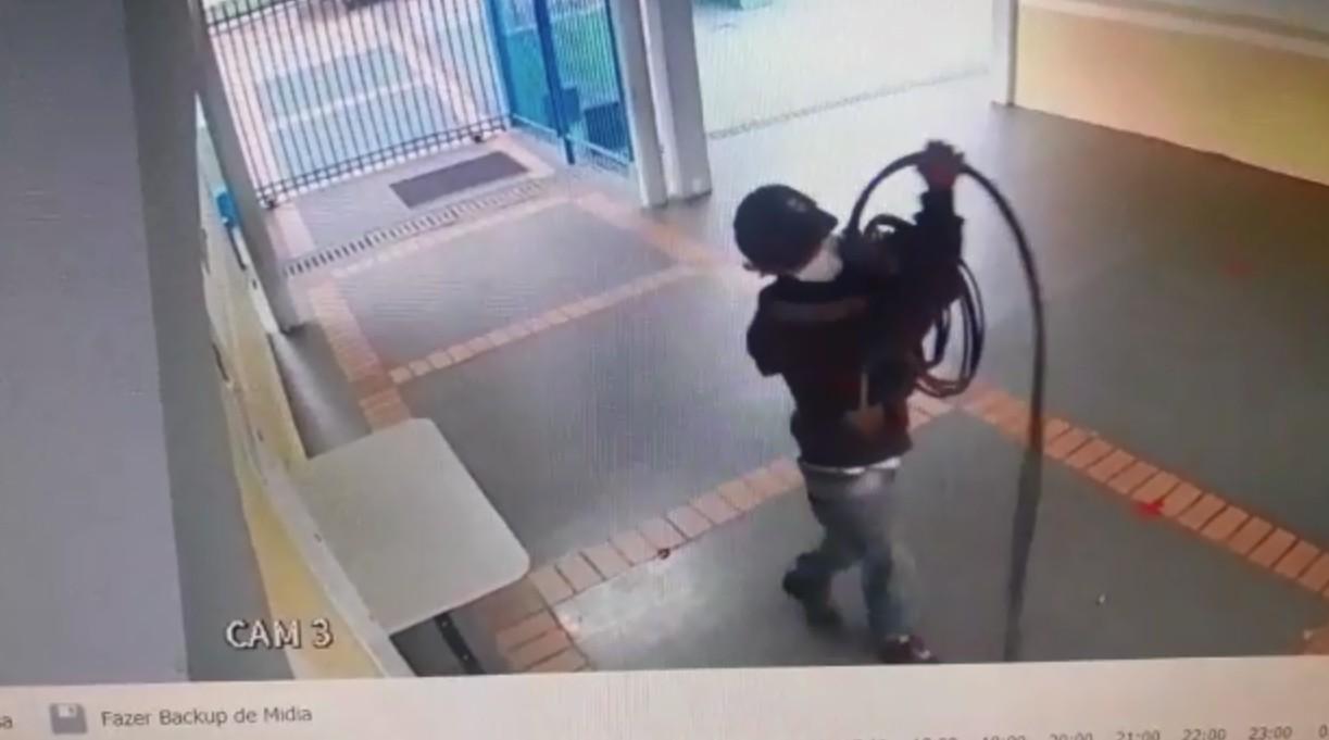 VÍDEO: Homem é flagrado furtando fios de energia de escola de Cascavel