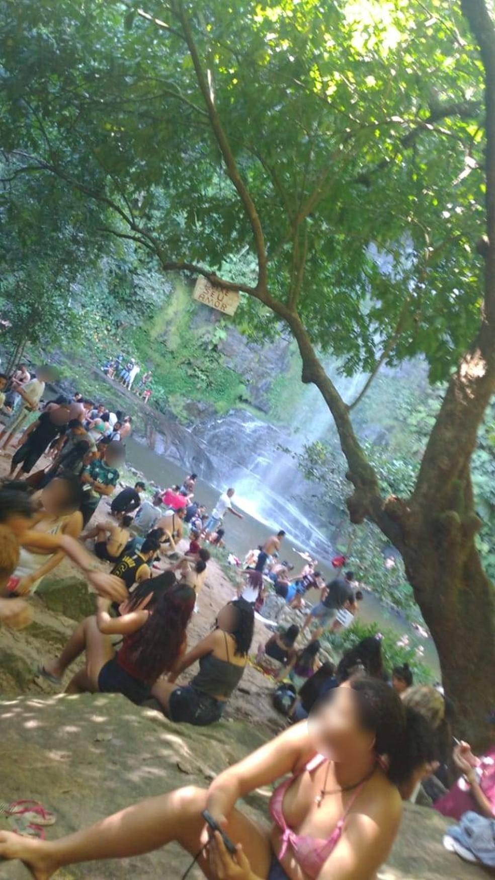 No fim de semana a Defesa Civil flagrou uma grande aglomeração no local, com inúmeras pessoas sem máscara na cachoeira do Parque da Serra Azul — Foto: Divulgação