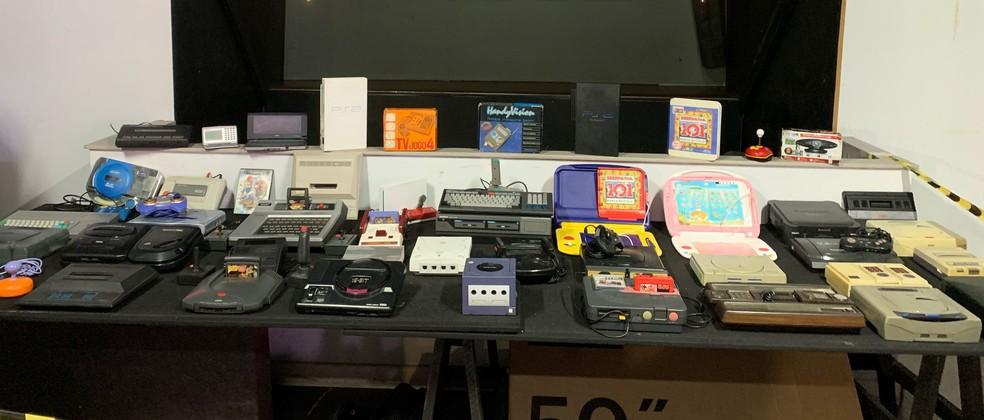 Consoles de videogames de várias épocas que David Rayel expõe nos eventos 'geek'  — Foto: Arquivo Pessoal/Alice Vieira