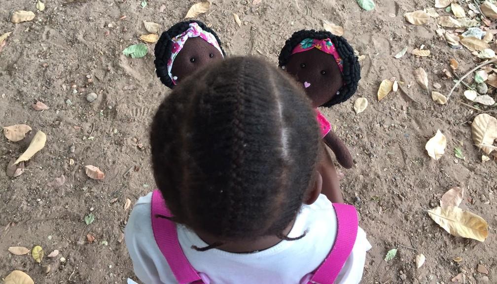 Psicóloga de Jundiaí criou bonecas para melhorar autoestima de crianças em Guiné-Bissau (Foto: Arquivo Pessoal)