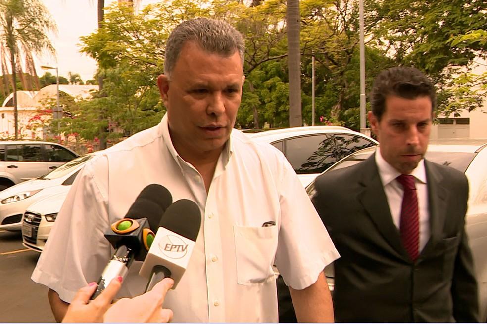 O prefeito de Paulínia, Dixon de Carvalho, na sede do Ministério Público para prestar depoimento (Foto: Reprodução EPTV)