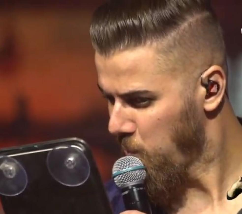 Zé Neto raspa barba em live — Foto: Reprodução/Redes Sociais