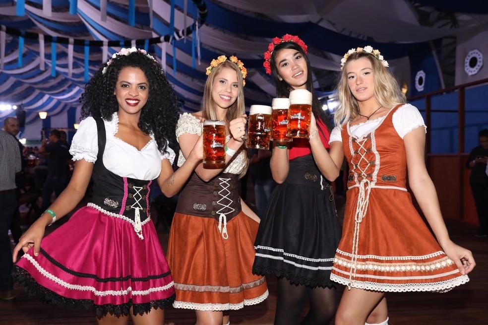 Modelos posam com cerveja na Oktoberfest de SP — Foto: Celso Tavares/G1