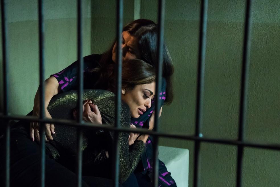 Aurora vistia Bibi na prisão — Foto: Cesar Alves/Globo