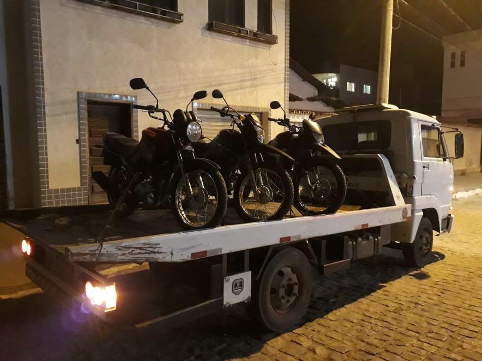 Veículos apreendidos em situação irregular durante a operação (Foto: Polícia Militar/Divulgação)