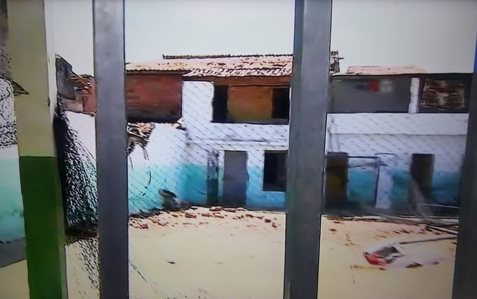 Quadra da escola onde a aeronave caiu — Foto: Reprodução/TV Sergipe