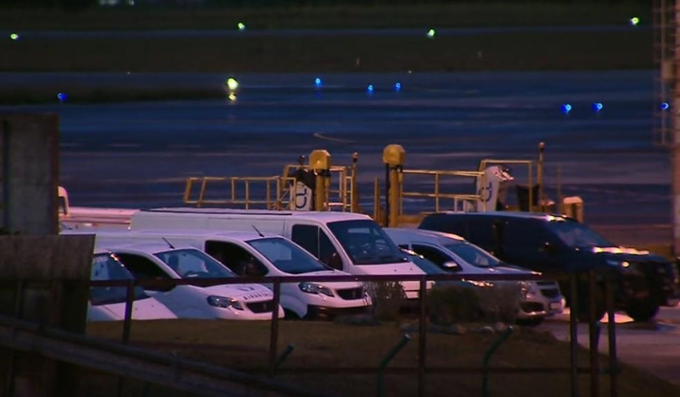 Corpos foram levados até o Aeroporto Afonso Pena, na Região Metropolitana de Curitiba — Foto: RPC Curitiba
